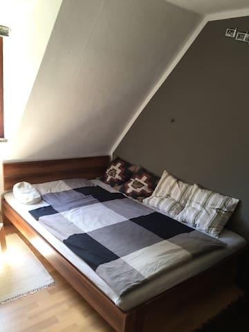 Zimmer in kleinem Häuschen in ruhiger Lage! - Landshut