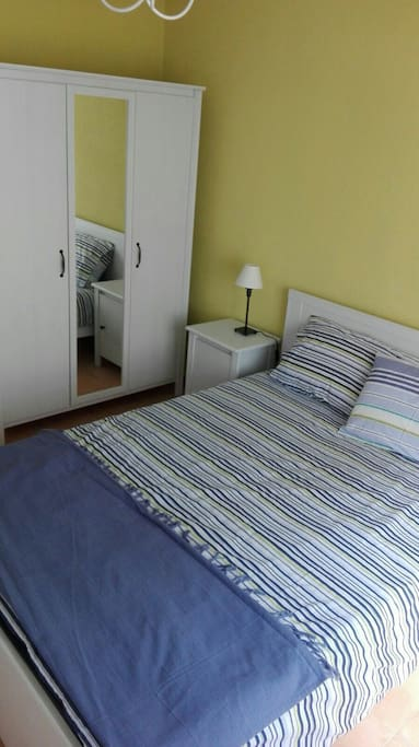 Habitación doble con cama de matrimonio. Bedroom with double bed.