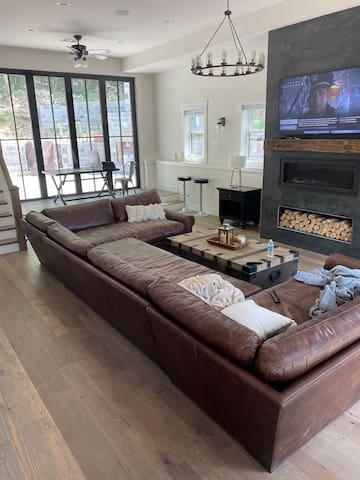 Stunning modern lodge w/ heated pool & bunk rooms