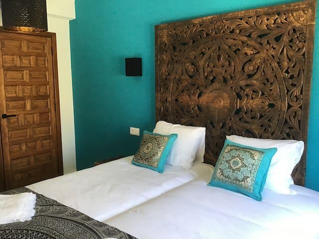 De turquoise slaapkamer met uitzicht op zee