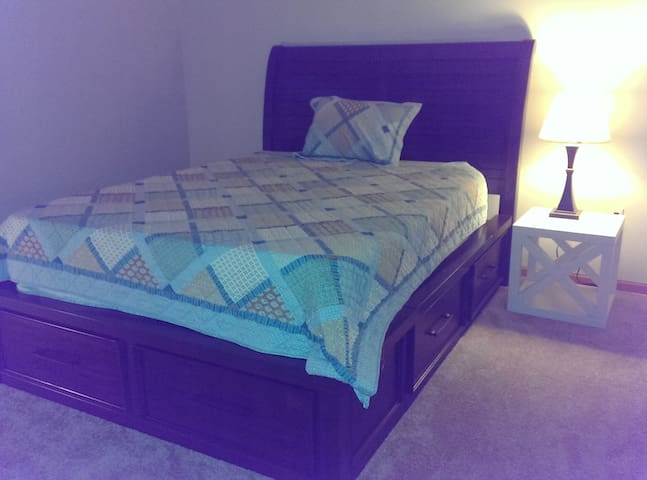 Queen Size Bed, Full Bath -a - Pewaukee - Condominium
