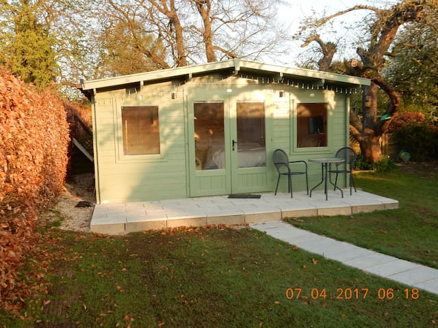 Comfortable cabin in our quiet garden - Didcot - Cottage