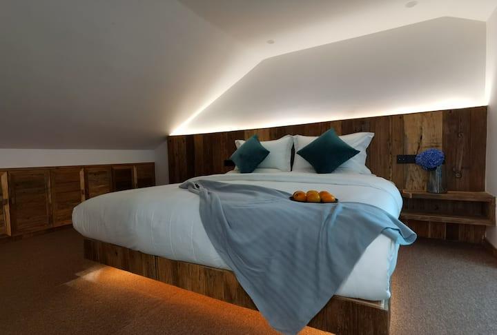 腾冲三居室两层复式楼(三个2米大床,三个独立卫生间,含早餐)