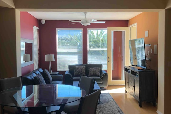 Luxury 2 BR in gas lamp across convention center