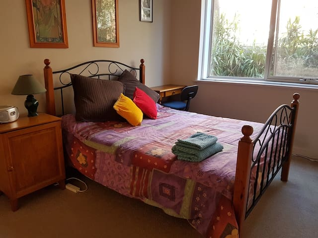 Cozy room in vibrant location; close to transport! - Hawthorn East - Apartmen