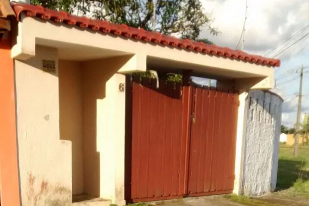 Casa localizada em um bairro tranquilo, com amplo espaço de quintal e estacionamento para os hóspedes.