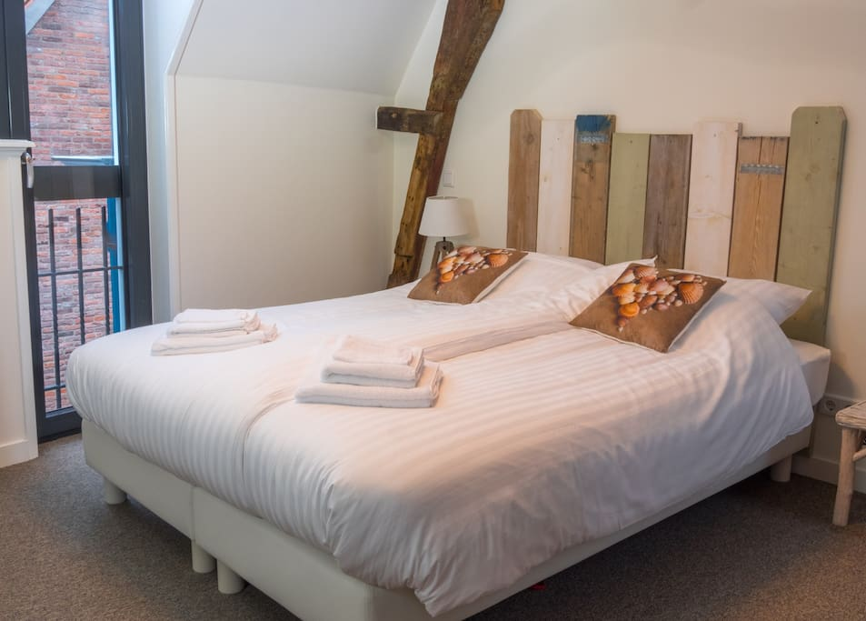 Extra large bedroom with airconditioning and extra tv