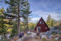 Dog-friendly cabin w/ amazing Lake Tahoe view - walk to the beach!
