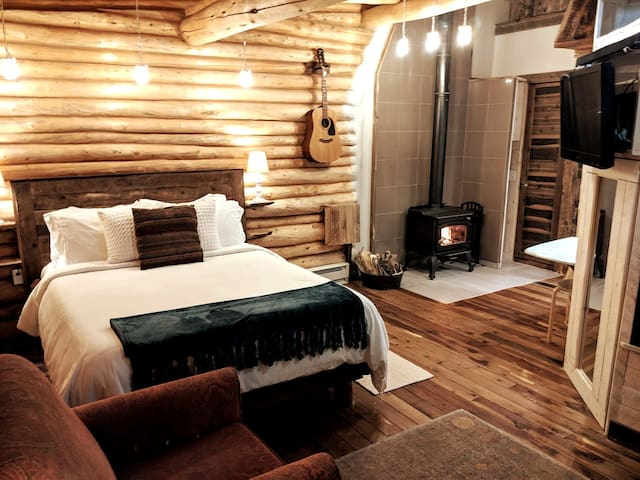 Boho Chic Log Cabin with Zipline