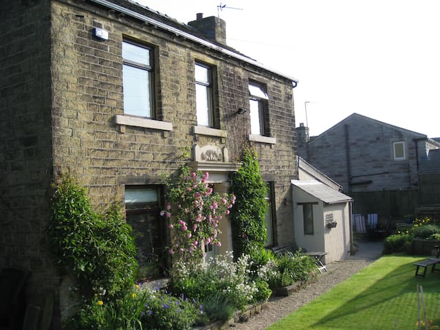 The Old Farmhouse. Homely B&B for 4 - Huddersfield - Bed & Breakfast