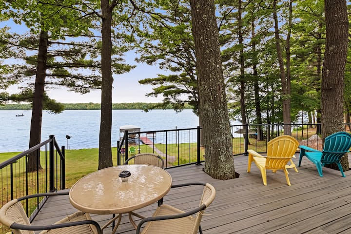 Waterfront home between 2 lakes w/ heated porch, dock & kayaks