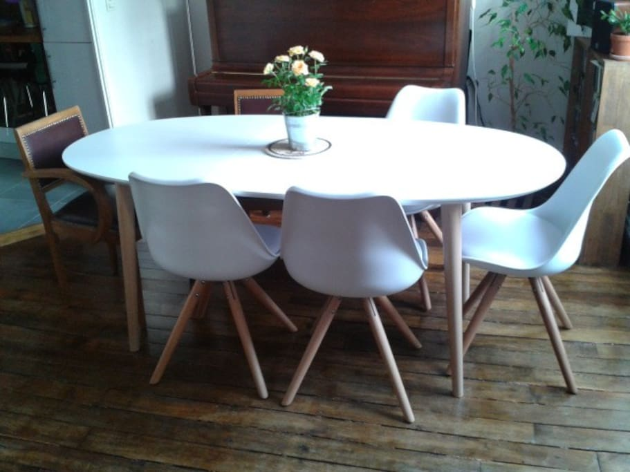 This table can be enlarged./La table peut être agrandie.
