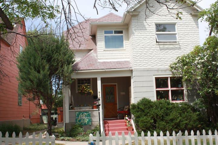 Artsy House - Centrally Located