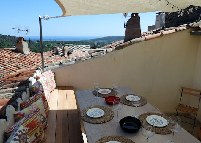 Avec charme, terrasse sur les toits, vue mer