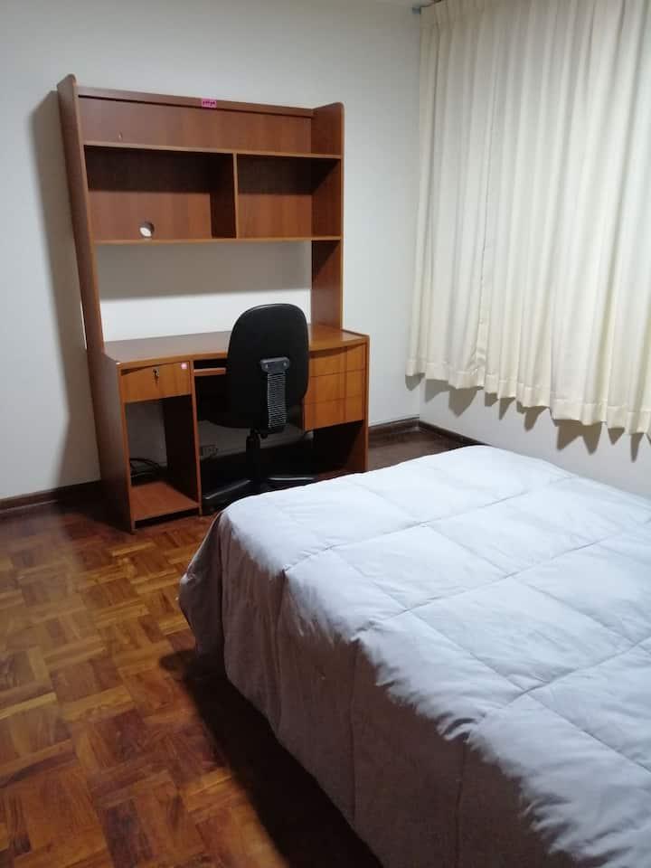 Amplia habitación en zona residencial