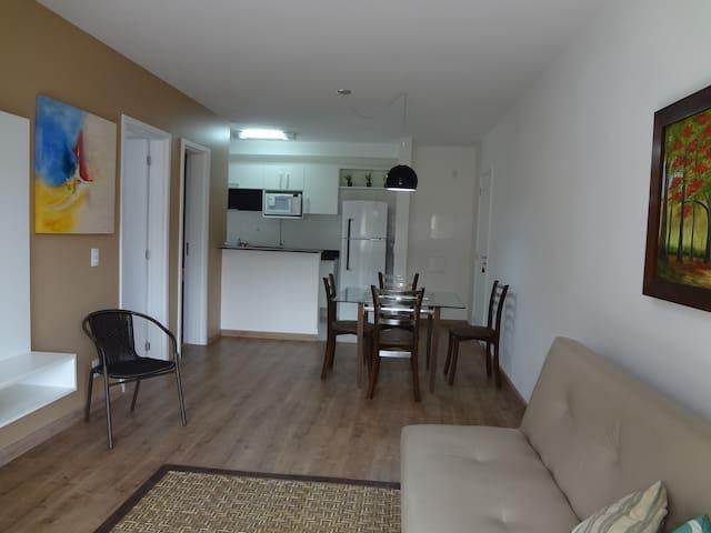Sala ampla e integrada a cozinha