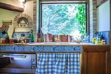 cucina con vista nel giardino