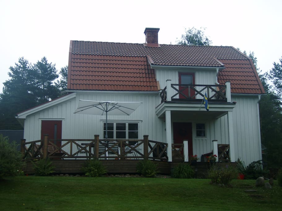 Cosy house with stunning lake view houten huisje te huur for Klein huisje in bos te koop