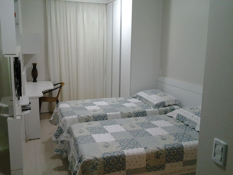 Conforto e versatilidade, camas individuais ou para casal. Armários.