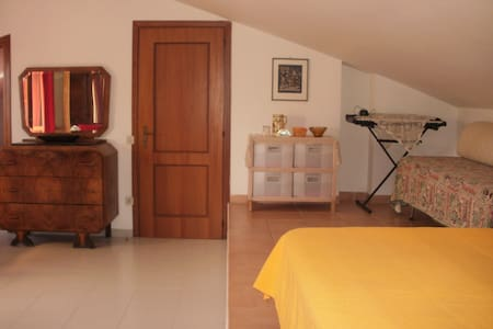 ampia camera con bagno indipendente - Pomezia - Casa