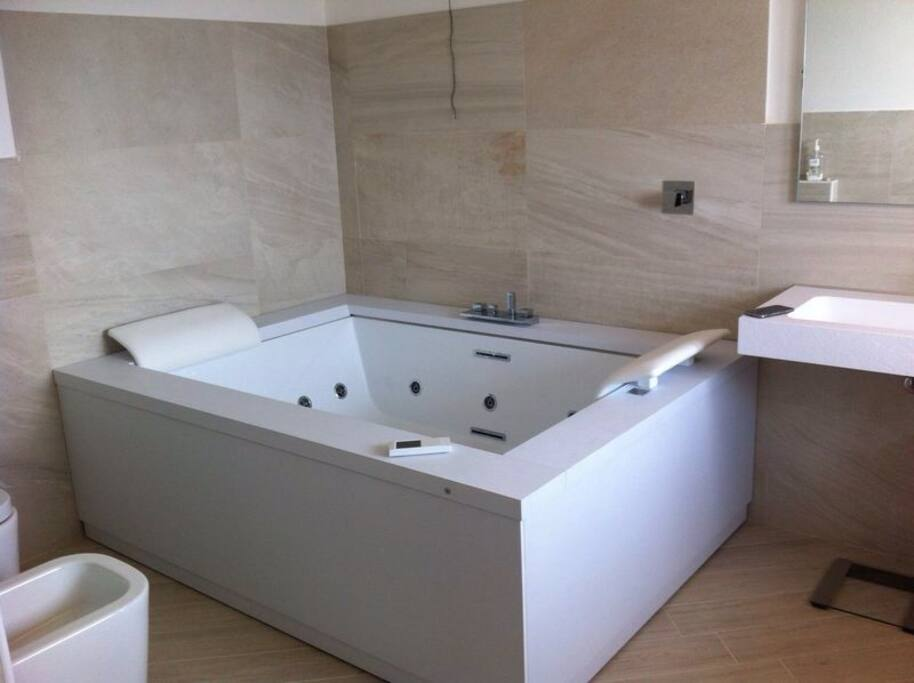 The bathroom with whirlpool and cromo therapy for two!!!