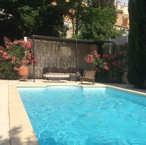 Maison avec piscine au cœur d'un village provençal