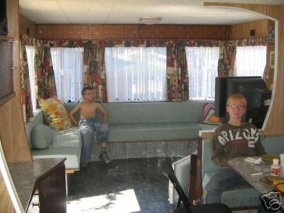 Vue intérieure de la caravane.