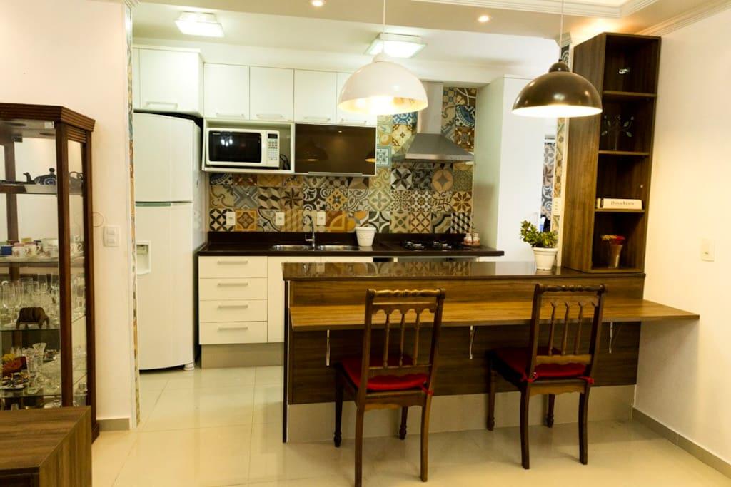 Cozinha americana completa, área com máquina de lavar e secar