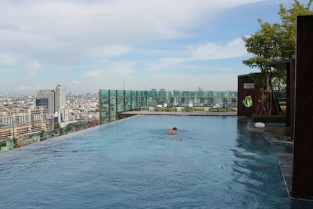 40 square meters one bed room apartment for two people on the 29th floor with great city view. Fully equipped kitchen. Free Wifi. Amazing rooftop infinity pool and gym. Only 150 meters away from Lad Phrao MRT station. 7-11 is right next door.