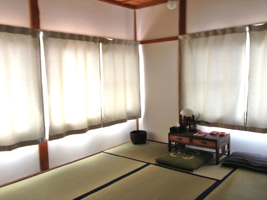 South facing 6-tatami-mat Japanese room. Ideal for a family or 3 friends.