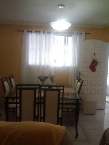 sala com tv e mesa