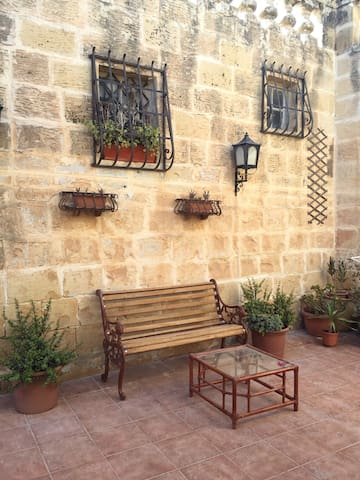 5 mins from airport - 300yr old house of character - Ħal Kirkop