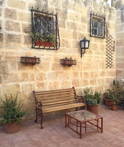 5 mins from airport - 300yr old house of character - Ħal Kirkop - Casa