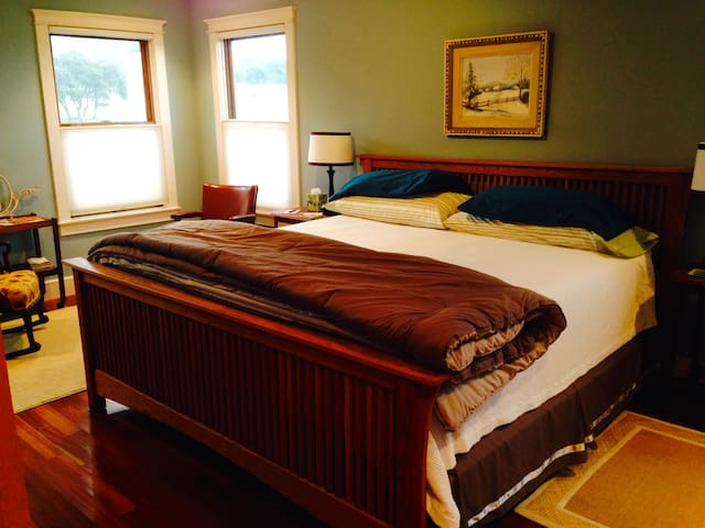 BEND O' THE RIVER B&B, Suite C - Utopia - Bed & Breakfast