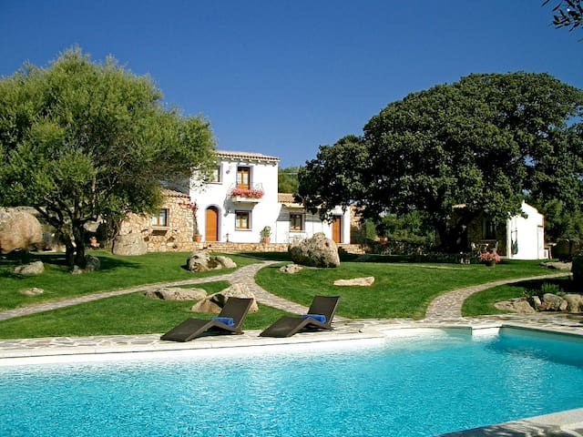 Villa Torcis Boutique B&B pool view - Telti - Bed & Breakfast