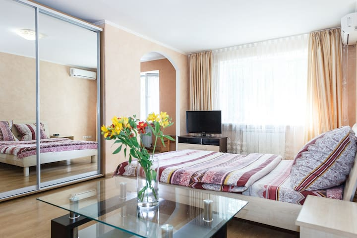 1Room semi-luxury Apt on Mykhayla Honcharenka 27