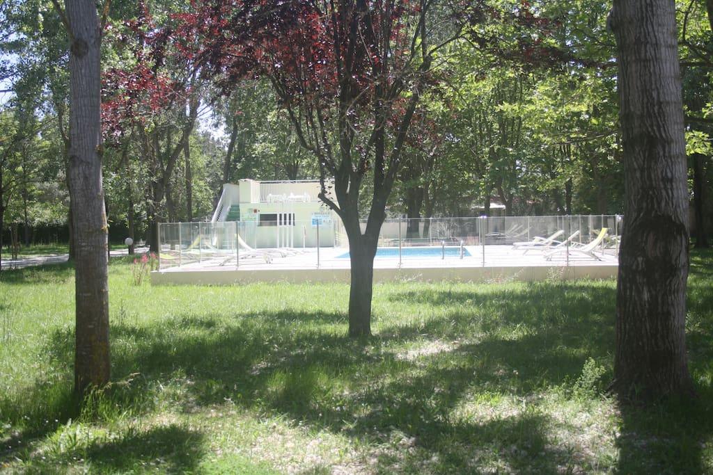 Vue de la mini villa vers la piscine