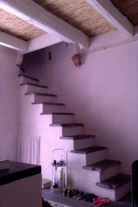 Du rez de chaussée, direction le 1er étage par l'escalier en ardoises venues de l'Aveyron