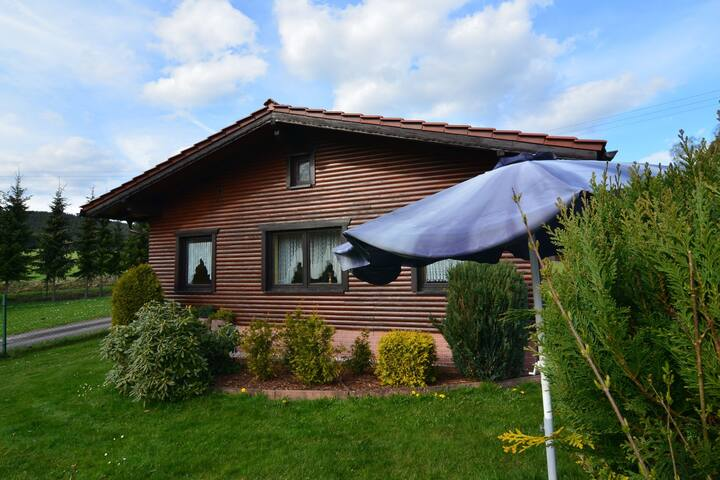 Holiday house in quiet, sunny setting in the Thuringian Forest; garden and grill