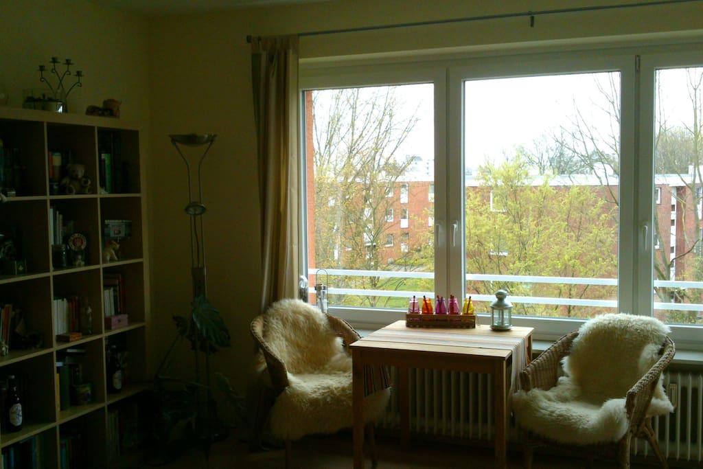 Das helle und gemütlich eingerichtete Wohnzimmer