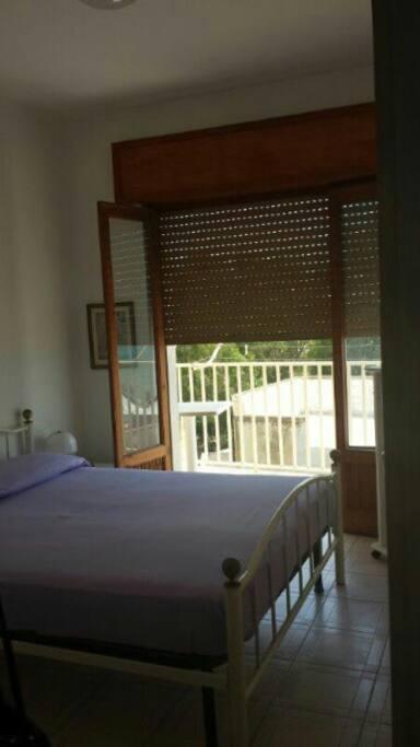 Stanza da letto matrimoniale con balcone vista mare