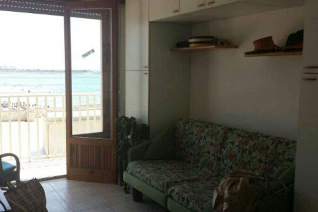 Stanza da letto con divano letto 2 posti e balcone vista mare