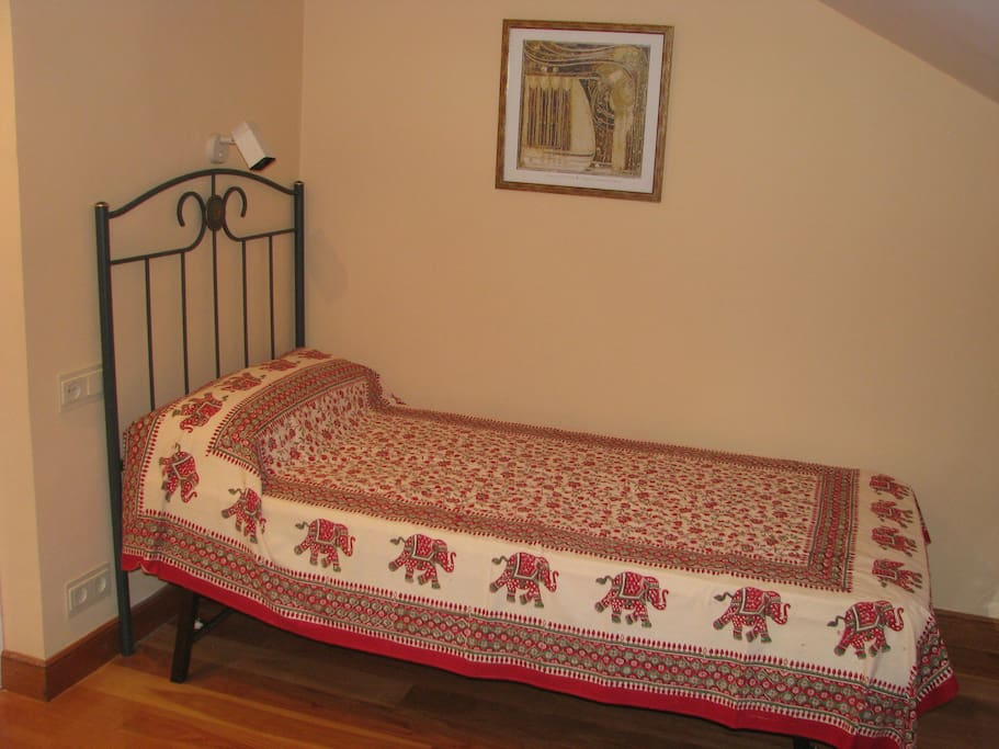 Cama de una persona en la habitación. Hay otra cama igual.