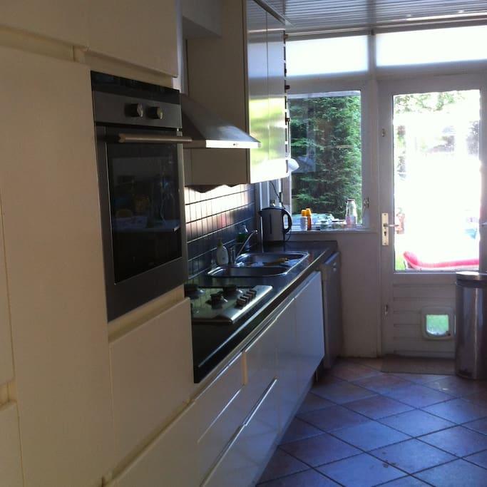 Keuken voorzien van alle mogelijke keukenapparatuur