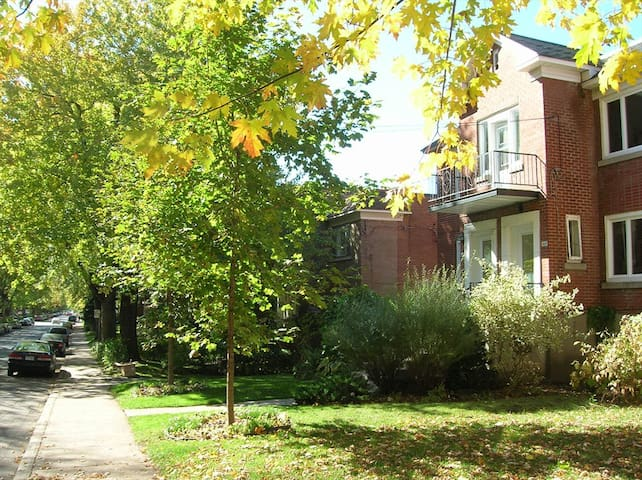 Sunny room /w private balcony + 2 bicycles - Montreal - Rumah