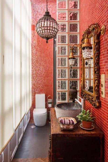 Moderno baño situado en la galeria de la casa.