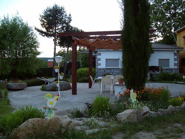 Casa en Gredos con Jardín privado - Hoyocasero - Huis