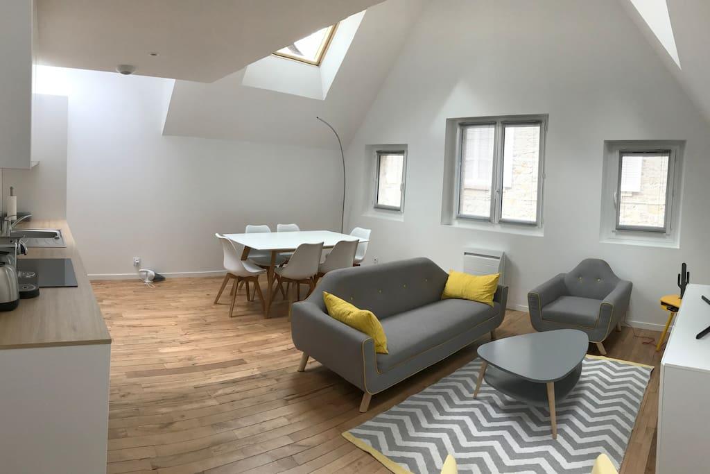 Salon / séjour / cuisine ouverte au premier étage