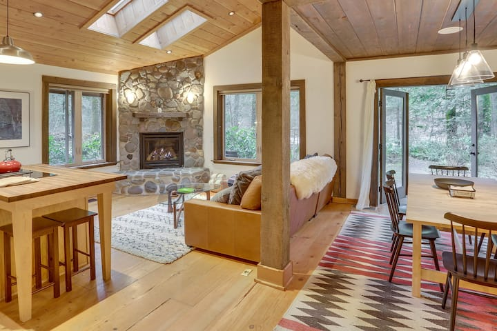 Rustic, Timber Frame Eagle's Nest on the Sandy River, fireplace, hot tub, dog-friendly