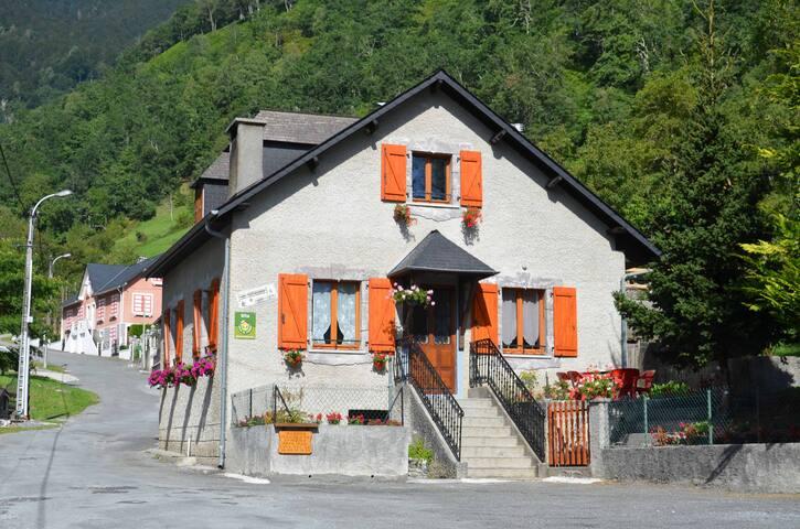 Maison au pied de la montagne - Laruns - Dům